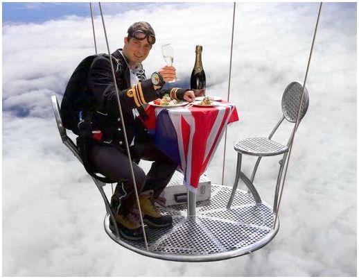 В 2005 году вместе с воздухоплавателем и альпинистом Дэвидом Хэмплманом-Адамсом и капитан-лейтенантом Аланом Вилом, руководителем парашютной команды Королевского морского флота, Беар Гриллс установил мировой рекорд для высочайшего официального званого ужина, который они провели в аэростате на высоте 25000 футов (7620 метров), одетые в парадную обеденную форму и кислородные маски. Для тренировки, перед этим событием Гриллс выполнил двести парашютных прыжков