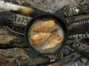 Рыба жареная на костре