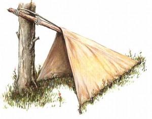 Шалаш из ткани, построенный с использованием дерева