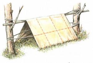 Двускатный шалаш из ткани, построенный с использованием одной жерди