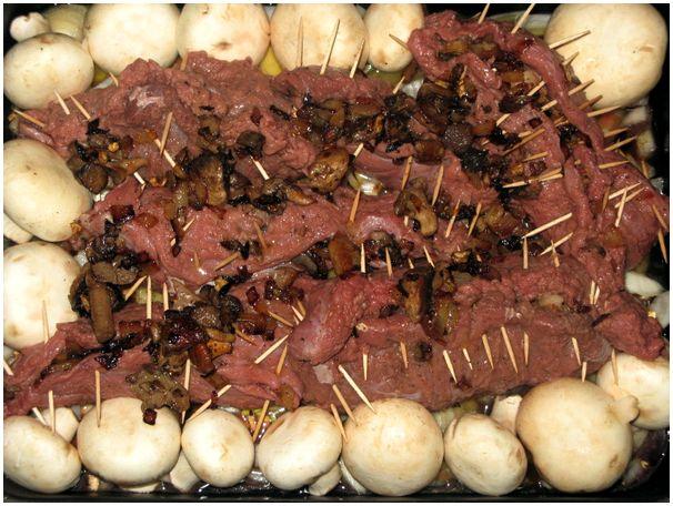 Лось, фаршированный грибами с луком