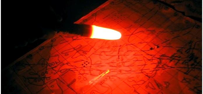 Средства освещения, ручные и налобные фонари, химические источники света, в наборах выживания.