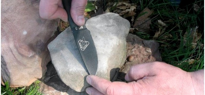 Как заточить нож на камне, применение презерватива в условиях выживания, плоский крючок для ловли рыбы.