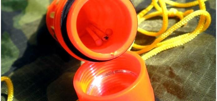 Многофункциональный контейнер-свисток 4-in-1 Outdoors Survival Mini Kit с компасом и зеркалом для хранения НАЗ в походе, обзор.