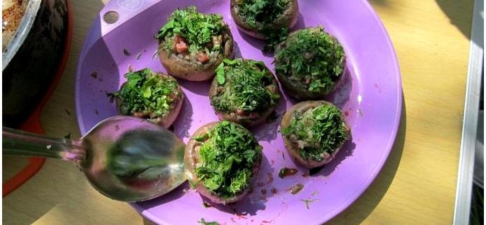 Шампиньоны фаршированные колбасой, луком и чесноком, и тушеные в сковороде, простой походный рецепт горячей закуски.