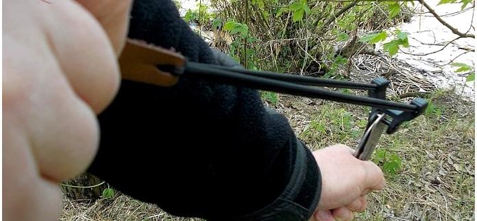 Рогатка Boker Plus RBB Reality-Based Blade Slingshot которая устанавливается в отверстие для темляка на рукояти ножей, обзор.