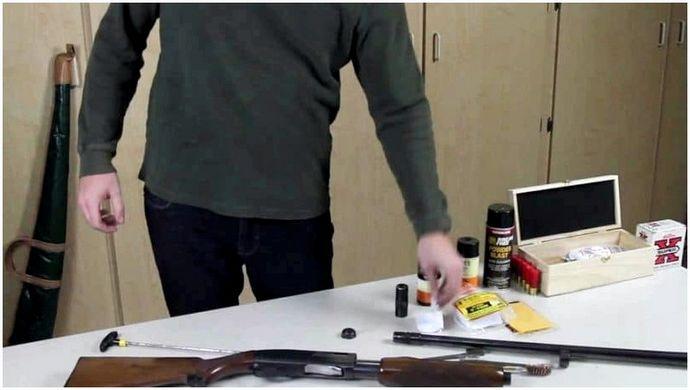 Как почистить ружье: держать пистолет