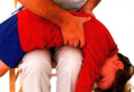 Асфиксия у взрослых и детей, частичная или полная непроходимость дыхательных путей, что надо делать, первая неотложная помощь.