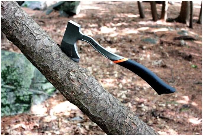 Лучший топор выживания: пробирайся через лес