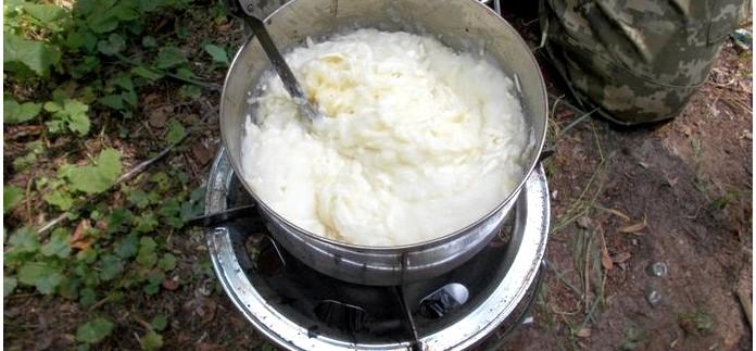 Хычины, полевой рецепт приготовления хычинов с начинкой из картофельного пюре, двух видов сыра и зелени.
