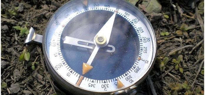Как устроен компас Адрианова, как с его помощью ориентироваться на местности, определение сторон горизонта, азимута направления на предмет, нужного направления для движения.