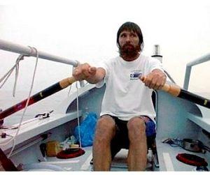 Акула преследует лодку Фёдора Конюхова