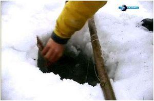 Ловля рыбы из подо льда