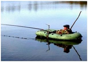 Ловля рыбы поплавочной удочкой с лодки