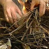 Trasa.Ru - После появления пламени положите сверток в приготовленное костровище
